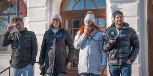 De tre partierna C, KD och SD talade vid Kolsvaupprorets demonstration om att de tänkte rösta för återremiss. Bernt Bergsten (C), Anna-Carin Ragnarsson (KD) och Maria Liljedahl (SD) talade medan Jonas Tilly höll högtalaren.