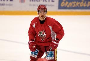 Johan berättar för första gången om att han tryckt Tobias namn på sina hockeyklubbor.