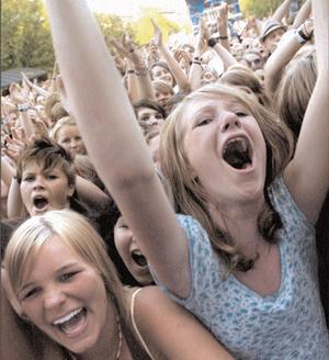 2005. Håkan Hellström uppträder på Peace & Love och drar till sig tusentals hängivna fans i publiken. Foto: Sven-Erik Olsson