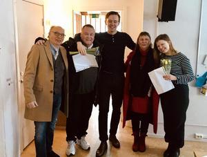 Två av stipendiaterna, Martin Stenström (i mitten) och Klara Olofsson (till höger) med lärarna Thomas Gathe, Peter Tjernberg och Margareta Sjölander. Bild: Trevor Fischer