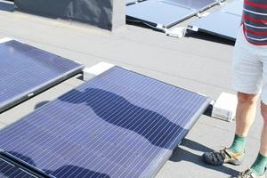 Den parkopplade solcellen störs inte av Stefan Lindgrens skugga.