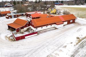 Välutrustat slakteri, ladugård med loge, kontorsbyggnad, mark vid sjön Bäsingen. Foto: Patrik Persson