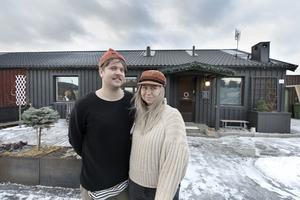 Olov och Moa Kårebrand framför sitt hus vid Blomängen, Tegelplan.