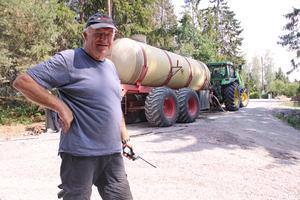 Gunnar Andersson, markägare är orolig för husen runt om. Han får hjälp av sina grannar och de är cirka 15 personer som bevakar området dygnet runt.