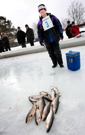 Flest fiskar lyckades Gun Forsén från Östersund dra upp. När fotografen tog denna bild hade hon fångar 12 fiskar av hygglig storlek.