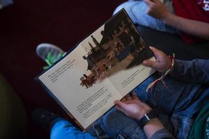 Vi tycker verkligen att alla barn ska få lära sig läsa i skolan. Det är också viktigt att man får träna hemma med sina föräldrar, skriver klass 5 på Heliås Svartvik.