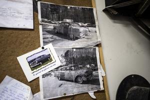 På väggen i garaget hänger bilder på Pontiacen som värnar om hur den gång i tiden såg ut.