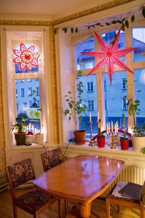 Fönstren är höga och stora med gott om plats för blommor och adventsstjärnor.
