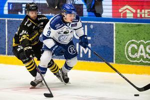 Marcus Karlberg håller undan för AIK:s Brian Cooper i den andra playoff-matchen som Leksand vann och därmed också kvalserien lagen emellan. Foto: Daniel Eriksson/Bildbyrån