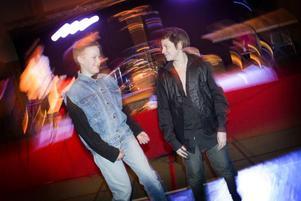 Christoffer Hasselskog och Robin Hessling uppträdde på Treälvsskolans julavslutning med en dansant version av Ronny och Ragges