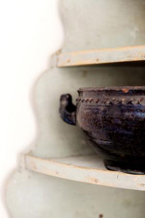Rokokohörnhylla i turkos originalfärg. Magnus planerar att fylla den med svartglaserat gods för att det är så fint ihop. Just nu står där ett ensamt lerkurs från tidigt 1800-tal.