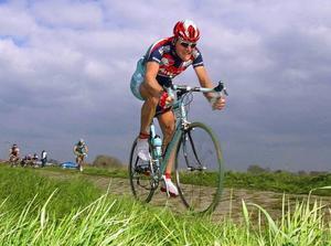 Team Cyclesport, med kaptenen Magnus Bäckstedt, kommer till Östersund i sommar. Här är Bäckstedt på väg mot segern i Paris–Roubaix 2004.