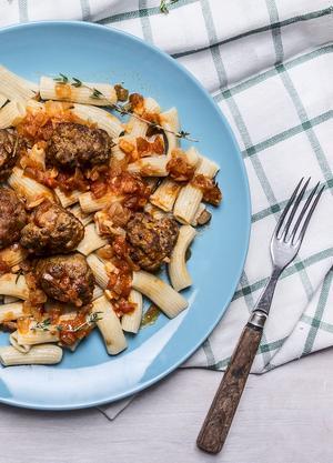 Sicilianska köttbullar med tomatsås och pasta är lätt vanebildande.