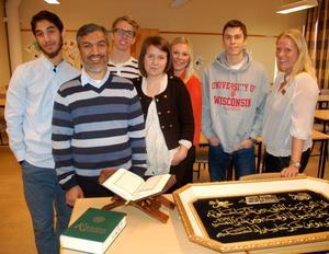 Hussein och Ali Hamad tillsammans med eleverna Nils Gop, Viktoria Stärner, Therese Matsson, Andreas Häglund och läraren Anna Esteén.
