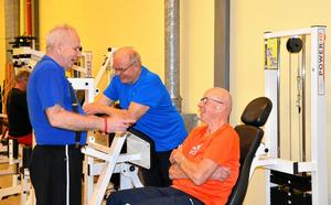 Glatt samspråk. Jan Karlsson, Göte Widén och Sune Fridman (sittande) gillar att träna men det går bra att snacka sig i form också.