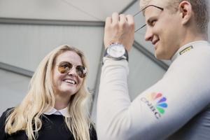 Nina Kennedy samtalar med dagens F1-förare från Örebro, Marcus Ericsson, i samband med Örebro Race day förra året. Nina är i dag inredningsdesigner och driver företaget Fedra.