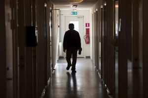 Runt 10 000 asylsökande ungdomar har gjort knäundersökningar efter ett underlag som nu får hård kritik. Foto: Fredrik Sandberg / TT /