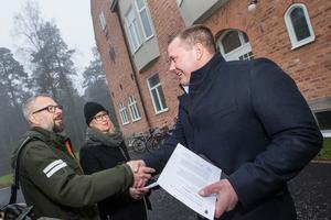 Stadsarkitekt Peder Hallkvist och stadsantikvarie Erica Ek delar ut byggnadspriset till Jan Pettersson på KBB Fastigheter.