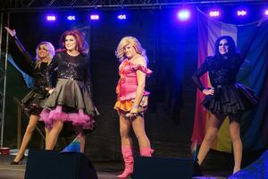 Förra året bjöd dragshowbandet Fashion Pack på glitter på Askersunds hamnscen. I år bjuder de på en sprakande show i Sjöängen. Arkivfoto: Katarina Hanslep/NA