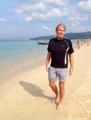 Stig vid stranden i Thailand, här har han flera lägenheter.