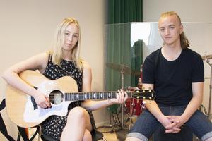 För Louise Karlsson och Philipe Günther var det ett självklart val att välja att utbilda sig inom musik. Nu tar de snart studenten, tillsammans med den sista klassen på musikinriktningen.