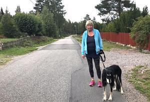 – Det är ju de som bor närmast som har mest att säga. Men jag känner väl inte att de låter så jättekul, säger Kristina Larsson, en annan Harkskärsbo om planerna på fler tomter i området.