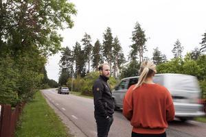 – Vi flyttade hit för att få lugn och ro. Så har det inte direkt blivit, säger Sara Friberg. Hon och Sebastian Sundkvist är oroliga för ökad trafik.