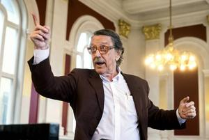Kjell Lönnå har varit körledare i Sundsvall i över 65 år. Fortfarande, vid 82 års ålder dirigerar han tre egna körer. Han har även sänt TV-program från Sundsvall och producerat radio.