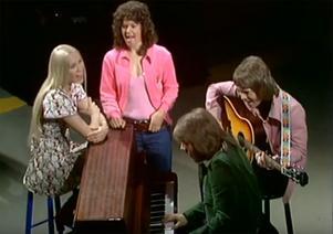 ABBA i Vi i femman-studion. Innan världsberömmelsen kallade de sig för Festfolket. Skärmdump: Sveriges television