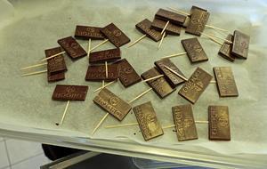 Chokladbitar med texten Högbo.