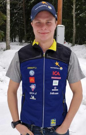Jack Impola i landslagsvästen, redo att sätta tänderna (eller i varje fall händerna) i ännu ett par skidor. Foto: Privat