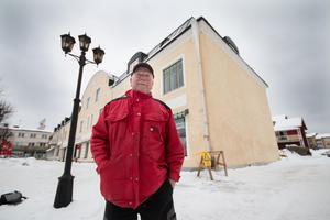 Ulf Engbom  upptäckte istappen på gaveln för ett par dagar sedan och är rädd för att den kan skada någon om den faller ned.
