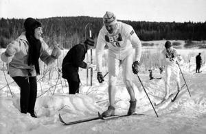 Assar Rönnlund i karaktäristisk stil och dräkt. Från svenska skidspelen i Falun på 1960-talet.