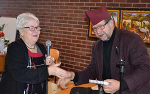 RPG:s vice ordförande i Örnsköldsvik, Elisabeth Wiklund, tackade Lars-Gunnar Olsson för det intressanta anförandet med en liten present under livliga applåder från publiken. Foto: Sven Lindblom