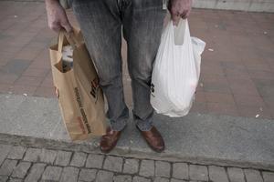 Papper eller plast? Solveig Samuelsen funderar på vilken som är mest miljövänlig.