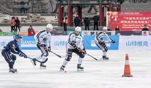 Linus Pettersson med bollfokus. Konan varnar för hål i isen.