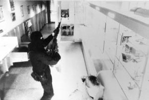 Bild från Handelsbankens övervakningskamera som visar en ur medlemarna i militärligan vid dubbelrånet i Ösmo 1992. Posten och Handelsbanken rånades på exakt tre minuter Foto: Bankens kamera / SCANPIX SWEDEN