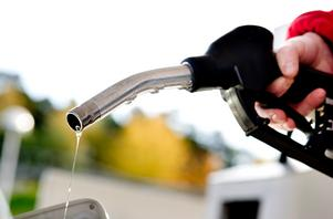Från moderat sida tänker vi ta striden mot nya skattehöjningar på bensin och diesel. Hela 60 procent av bensinpriset vid pump är ren skatt, skriver fyra företrädare för Moderaterna. Foto: Pontus Lundahl, TT.