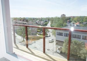 Lägenheterna på femte våningen har en utsikt över stan.