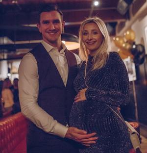 Paret väntar en dotter som är beräknad till den 4 maj. Foto: Privat