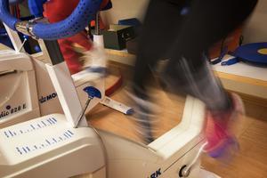 Träningspasset börjar med uppvärmning och konditionsträning på testcyklar innan de går ut på golvet för andra typer av övningar.