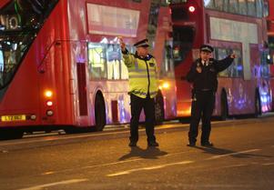 Polisen dirigerar allmänheten på Oxford Street. Foto: Isabel Infanter/PA via AP