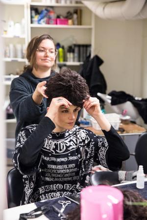 I första steget av förvandlingen från Karin till Fantine hjälper maskör Elisabet Mainy Karin på med peruken i tovig Pluppstil.