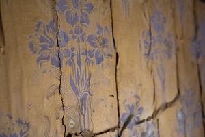 I många av rummen finns gamla tapeter kvar.