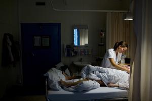 Sjuksköterskeyrket kan medföra svåra livsavgörande beslut, stor stress och  arbete på dygnets alla timmar. Foto: TT