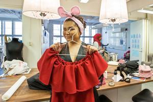 Nazanin Gholami går ettan och har sytt en klänning med temat Chic style.
