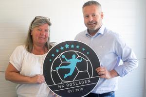 Ina Brundin, ordförande i Rimbo HK, och Jonatan Sjöberg, avgående ordförande i HK Ceres och nyvald ordförande i HK Roslagen, med klubbens logga.