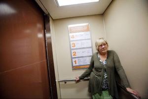 Kontoret uppe, ateljén nere. Tur det finns hiss. Carina Eriksson är van att springa runt mycket.