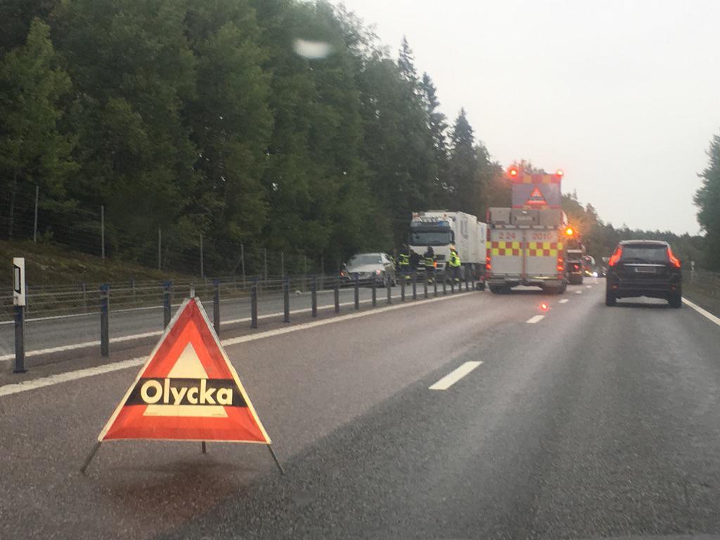 Tre personbilar i trafikolycka totalstopp i trafiken