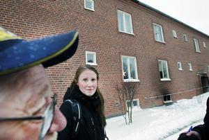 Tog sig ut. Josefin Flink utanför det brandhärjade huset på Nyvallsvägen.